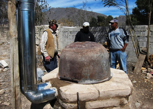 Kiln building - using an old chitlin' pot for a lid - Ceramic Water Filter Solutions